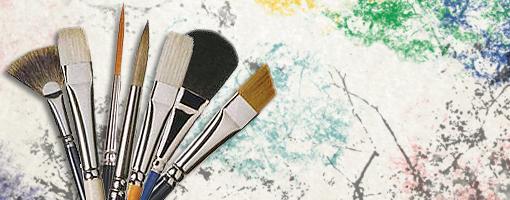 Pinceaux sur un fond coloré.