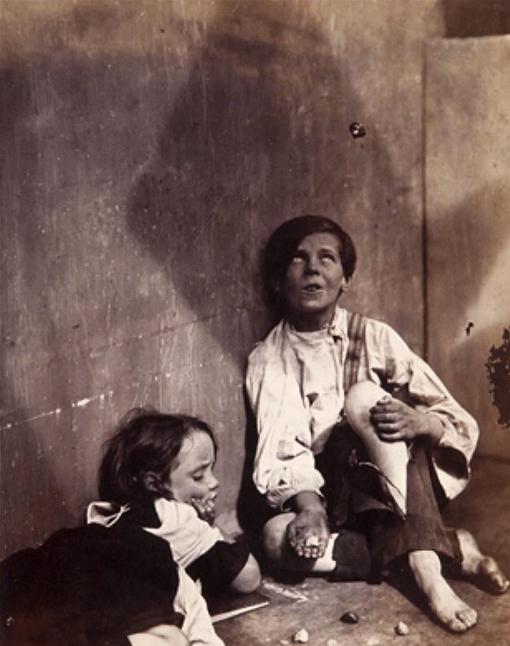 Gamins des rues jouant aux osselets avec des marrons, 1857 de Oscar Rejlander