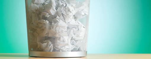 Image principale de l'article montrant une corbeille pleine de papier symbolisant les révisions
